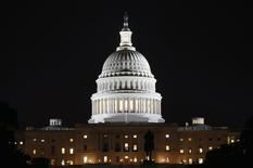 Вид на Капитолий в Вашингтоне 30 сентября 2013 года. Республиканцы и демократы в Конгрессе США договорились о финансировании расходов бюджета на ближайшие два года, предусматривающем умеренное сокращение трат и позволяющем избежать приостановки деятельности федеральных учреждений, парализовавшей американский госсектор в октябре этого года. REUTERS/Kevin Lamarque