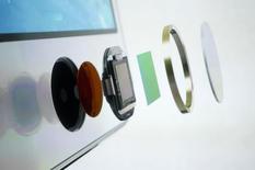 Схематическое изображение кнопки с сенсором для отпечатков пальцев смартфона iPhone 5S, Купертино, Калифорния, 10 сентября 2013 года. Биометрические смартфоны, как ожидается, станут мейнстримом будущего года, поскольку ведущие мировые производители мобильных телефонов, следуя примеру Apple Inc., тоже начнут выпускать гаджеты с системой распознавания отпечатков, говорится в исследовании Ericsson. REUTERS/Stephen Lam