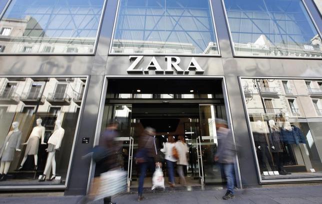 People enter a Zara store in Barcelona, November 5, 2013. REUTERS/Albert Gea