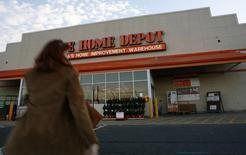 Home Depot, à suivre mercredi sur les marchés américains. Le groupe a confirmé ses prévisions pour 2013 plusieurs fois relevées tout en disant anticiper pour 2014 une croissance de son chiffre d'affaires d'environ 5%. /Photo d'archives/REUTERS/Molly Riley