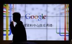 Homem passa em frente a televisores mostrnaod o logotipo do Google durante visita ao centro de dados da empresa, em Taiwan. A empresa disse nesta quarta-feira que irá duplicar seu investimento planejado em seu centro de dados em Taiwan para 600 milhões de dólares, para atender aos mercados de consumidores de tecnologia que crescem mais rápido em todo o mundo. 11/12/2013 REUTERS/Pichi Chuang