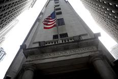 Wall Street a ouvert sur une note indécise mercredi, les investisseurs s'efforçant d'évaluer l'impact de l'accord budgétaire provisoire conclu à Washington sur le ralentissement programmé des achats d'actifs de la Réserve fédérale américaine. Quelques minutes après l'ouverture, le Dow Jones progresse de 0,10%, le S&P-500 abandonne 0,02% et le Nasdaq avance de 0,04%. /Photo d'archives/REUTERS/Eric Thayer