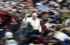 """Папа римский Франциск на площади Святого Петра в Ватикане 27 ноября 2013 года. Журнал Time назвал в среду папу римского Франциска человеком года, похвалив за смену приоритетов в миссионерской деятельности католической церкви и способность завладеть """"умами миллионов"""" людей, разочарованных Ватиканом. REUTERS/Max Rossi"""