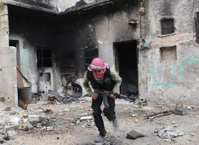 A Free Syrian Army fighter runs to avoid snipers loyal to Syria's President Bashar al-Assad in old Aleppo December 3, 2013. REUTERS/Mahmoud Hebbo