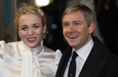 O ator Martin Freeman posa ao lado de sua mulher, Amanda Abbington, na chegada à premiação do Bafta, em Londres, em fevereiro. 10/02/2013 REUTERS/Suzanne Plunkett