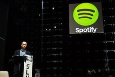 Spotify lanzó el miércoles un servicio de música gratuita para teléfonos inteligentes y tabletas, en un intento por conquistar a un grupo de usuarios de rápido crecimiento y deseosos de poder escuchar canciones en sus dispositivos móviles. En la foto de archivo, el presidente de la empresa en una conferencia en Helsinki. Nov 13, 2013. REUTERS/Roni Rekomaa/Lehtikuva