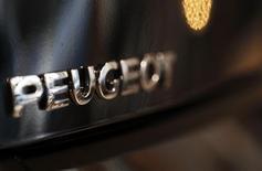 PSA Peugeot Citroën confirme étudier une augmentation de capital ainsi que de nouveaux projets de développement avec des partenaires, dont le chinois Dongfeng Motor. /Photo d'archives/REUTERS/Régis Duvignau