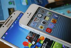 Samsung Electronics a échoué à faire interdire la vente de certains produits d'Apple, notamment certaines versions de l'iPhone et de l'iPad, en Corée du Sud après qu'un tribunal a rejeté une plainte disant que la société américaine avait violé trois brevets du groupe sud-coréen. /Photo prise le 13 mai 2013/REUTERS/Kim Hong-Ji