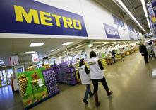 Metro, le numéro quatre européen de la distribution, vise une amélioration significative de sa rentabilité sur l'exercice 2013-2014, le plan de restructuration mis en oeuvre par le distributeur allemand commençant à porter ses fruits. /Photo prise le 18 mars 2013/REUTERS/Wolfgang Rattay