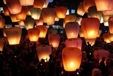 People release sky lanterns ahead of the traditional Chinese Lantern Festival in Pingxi, New Taipei city, northern Taiwan, February 17, 2013. REUTERS/Pichi Chuang