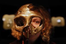 Девочка смотрит сквозь копию черепа неандертальца в музее в хорватском городе Крапина 25 февраля 2010 года. Кураторы Музея Филадельфии в этот новый год предложили оригинальную идею для подарка человеку, у которого есть все, но главное - чувство юмора и уважения к науке. REUTERS/Nikola Solic