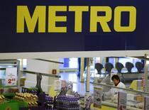 Кассир за работой в магазине Metro AG в Санкт-Августине близ Бонна 18 марта 2013 года. Немецкий ритейлер Metro планирует значительно улучшить прибыльность в 2013/2014 годах, реализовав план реструктуризации после слабого отчета и отказа от выплаты дивидендов. REUTERS/Wolfgang Rattay