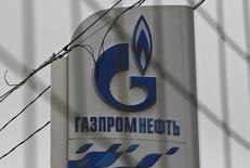 """Логотип на АЗС Газпромнефти в Москве 12 ноября 2013 года. Нефтяная """"дочка"""" Газпрома Газпромнефть пересмотрела прогноз добычи на 2014 год и считает, что добьется роста производства, несмотря на запланированный властями на этот год рост налоговой нагрузки на нефтяную отрасль. REUTERS/Maxim Shemetov"""