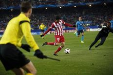 Atletico Madrid's Diego Costa (C) shoots to score during their Champions League soccer match against Porto at Vicente Calderon stadium in Madrid December 11, 2013. REUTERS/Juan Medina