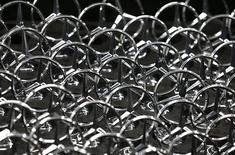 Daimler va lancer 20 modèles supplémentaires de Mercedes-Benz en Chine dans les deux ans afin d'y porter ses ventes à 300.000 unités d'ici la fin 2015 sans avoir à recourir à des promotions dommageables pour son image de marque. /Photo prise le 12 juin 2013/REUTERS/Michaela Rehle