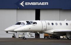 Jatos privados são fotografados na sede da Embraer em São José dos Campos. A Embraer recebeu da norte-americana American Airlines um pedido de encomendas firmes por 60 aviões E175, um negócio estimado em 2,5 bilhões de dólares a preços de tabela. 14/05/2013. REUTERS/Nacho Doce