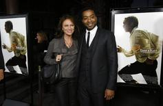 """Cast member Chiwetel Ejiofor (R) poses with actress Jacqueline Bisset at a special screening of """"12 Years a Slave"""" at the Directors Guild of America in Los Angeles, California October 14, 2013. REUTERS/Mario Anzuoni"""