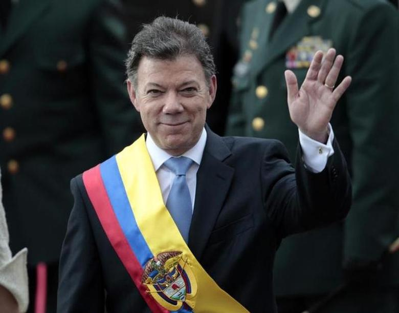 Colombia's President Juan Manuel Santos waves after his inauguration ceremony in Bogota August 7, 2010. REUTERS/Jose Miguel Gomez