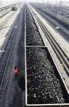 Составы с углем на станции города Заозёрный в 130 километрах к востоку от Красноярска 22 сентября 2009 года. Российская транспортная компания УВЗ-Логистик вместе с международным трейдером Mercuria Energy Trading планируют построить на Дальнем Востоке РФ угольный терминал мощностью 10 миллионов тонн не больше чем за $100 миллионов. REUTERS/Ilya Naymushin