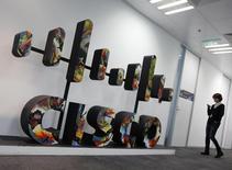 O logotipo da Cisco em um edifício em Pequim. O presidente da Cisco Systems Inc, John Chambers, disse nesta quinta-feira que está começando a ver o mercado dos Estados Unidos se recuperar, mas citou desafios em economias emergentes como Rússia e Brasil. 14/11/2013 REUTERS/Kim Kyung-Hoon