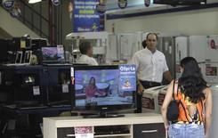 Uma mulher faz compras em uma loja no Rio de Janeiro. As vendas no varejo brasileiro cresceram 0,2 por cento em outubro sobre o mês anterior, marcando o oitavo mês seguido de expansão, porém voltaram a desacelerar, ficando abaixo do esperado. 23/10/2009 REUTERS/Ricardo Moraes