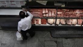 Consumidor paga por carne no Mercado Municipal em São Paulo. A indústria de carne bovina do Brasil espera superar em 2014 o recorde de exportações atingido em 2007, com um aumento de 20 por cento nos embarques no próximo ano na comparação com 2013, com o impulso da firme demanda externa e abertura de novos mercados, disse nesta quinta-feira o presidente da associação que reúne exportadores. 04/02/2012 REUTERS/Nacho Doce