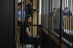 La Corte Suprema rusa ordenó una revisión del caso contra dos mujeres de la banda punk Pussy Riot, diciendo que tribunales menores no pudieron presentar evidencia de su culpabilidad y pasaron por alto factores atenuantes al sentenciarlas a dos años de prisión. En la foto de archivo Ndezhda Tolokonnikova, integrante del grupo, en una audiencia. Julio 26, 2013. REUTERS/Sergei Karpukhin