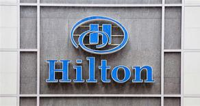 Les titres de la chaîne hôtelière Hilton s'envolaient de plus de 8% à 21,67 dollars à Wall Street jeudi, jour de sa réintroduction en Bourse (IPO) par le fonds de capital investissement Blackstone Group. L'action a ouvert à 21,30 dollars, permettant à Blackstone de lever 2,3 milliards de dollars pour la deuxième IPO la plus importante de l'année, après celle de la société pétrolière Plains GP Holdings. /Photo prise le 7 juin 2013/REUTERS/Andrew Kelly