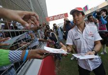 Piloto mexicano da equipe McLaren Sergio Pérez distribui autógrafos aos fãs no Circuito Internacional de Buddh, nos arredores de Nova Dhéli. Pérez vai correr pela Force India na próxima temporada da Fórmula 1, anunciou a equipe nesta quinta-feira. 24/10/2013. REUTERS/Ahmad Masood