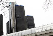 Le siège de General Motors à Detroit, dans le Michigan. Le constructeur automobile américain a créé la surprise jeudi en annonçant sa sortie du capital de PSA Peugeot Citroën quelques heures seulement après la confirmation d'une possible augmentation de capital du constructeur français et de son entrée en discussions avec le constructeur chinois Dongfeng. /Photo prise le 3 décembre 2013/REUTERS/Joshua Lott