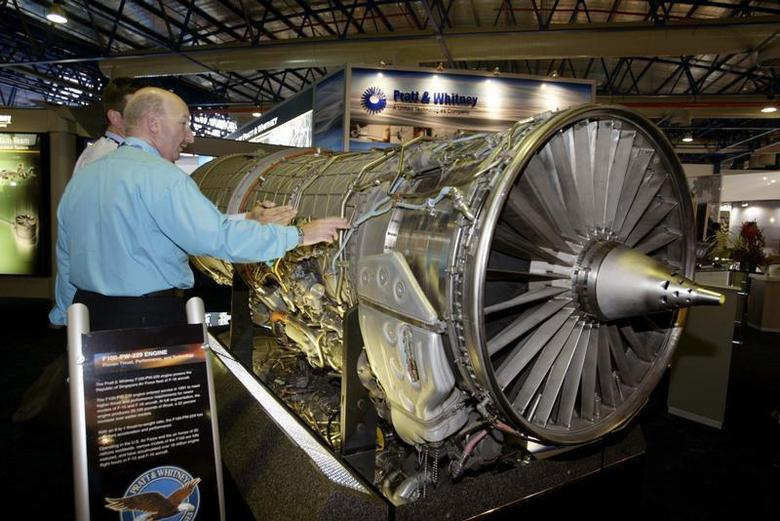 Trade visitors look at Pratt & Whitney's F100-PW-229 engine at the biennial Asian Aerospace 2004 airshow in Singapore, February 25, 2004. REUTERS/David Loh