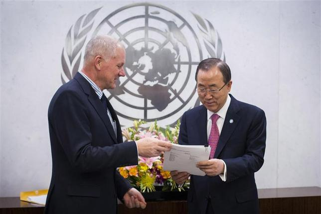 Ake Sellstrom (L), Head of the United Nations Mission to Investigate Allegations of the Use of Chemical Weapons in the Syrian Arab Republic, hands his report over to Secretary-General of the United Nations, Ban Ki-moon at the United Nations headquarters in New York December 12, 2013. REUTERS/Lucas Jackson