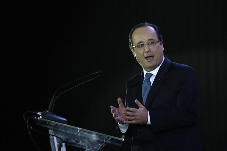 France's President Francois Hollande speaks during a meeting with Brazil's Education Minister Aloizio Mercadante and students to discuss educational exchanges between the two countries, at the National Museum of Brasilia December 12, 2013. REUTERS / Ueslei Marcelino