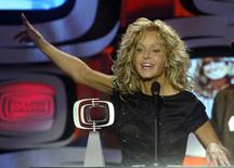 "Actress Farrah Fawcett accepts the Viewer's Choice Award for Favorite ""Fan-Tastic"" Phenomenon for her role on ""Charlie's Angels"" during a taping of the second annual TV Land Awards in Hollywood March 7, 2004. REUTERS/Fred Prouser"
