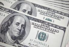 Долларовые купюры в банке в Сеуле 20 сентября 2011 года. Фонды, инвестирующие в Россию, наконец-то испытали приток средств, сообщили аналитики, ссылаясь на данные EPFR Global по итогам недели, завершившейся 11 декабря. REUTERS/Lee Jae-Won