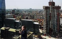 """Dans le centre de Milan. Standard & Poor's a confirmé la note """"BBB"""" de l'Italie, ainsi que sa perspective négative, estimant que la reprise de la troisième économie de la zone euro pourrait être fragile. /photo prise le 12 septembre 2013/REUTERS/Stefano Rellandini"""