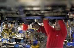 Operários trabalham em linha de montagem de veículos da marca Nissan, em Yokosuka, ao sul de Tóquio. A produção industrial do Japão subiu 1,0 por cento em outubro ante o mês anterior, mostraram nesta sexta-feira dados revisados do governo, marcando o segundo mês seguido de crescimento e destacando uma recuperação estável da economia. 25/01/2011. REUTERS/Kim Kyung-Hoon