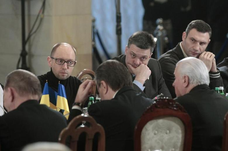 Ukrainian opposition leaders Oleg Tyagnibok (C, facing the camera), Arseny Yatsenyuk (L, facing the camera) and Vitali Klitschko (R, facing the camera) sit in front of President Viktor Yanukovich (C, front) and previous presidents, Leonid Kravchuk (R, front) and Leonid Kuchma, during a meeting in Kiev, December 13, 2013. All three Ukrainian opposition leaders said they would attend talks with President Viktor Yanukovich on Friday to try to find a compromise in a crisis that has brought hundreds of thousands out on to the streets. REUTERS/Stringer (UKRAINE - Tags: POLITICS CIVIL UNREST) - RTX16GU2