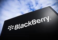 Logo da BlackBerry é fotografado no campus da BlaclBerry em Waterlo, no Canadá. A BlackBerry Ltd, que recentemente concluiu uma oferta de 1 bilhão de dólares em dívida conversível, disse que concordou com os detentores de títulos a estender o prazo de uma opção prevista no negócio, dando aos potenciais investidores a chance de comprar 250 milhões de dólares adicionais em dívida conversível. 23/09/2013. REUTERS/Mark Blinch