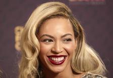 """Cantora Beyoncé posa para fotos no concerto """"The Sound of Change"""" no Estádio de Twickenham, em Londres. Beyoncé surpreendeu os fãs nesta sexta-feira com o lançamento do quinto álbum gravado em estúdio, composto de 14 músicas e 17 vídeos, informou a Columbia Records, uma divisão da Sony. 01/06/2013. REUTERS/Neil Hall"""