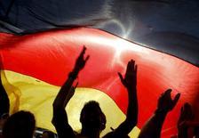 Torcedores alemães comemoram gol marcado pela a Alemanha contra Inglaterra durante jogo pela Copa do Mundo de 2010, em Berlim. A Alemanha vai se hospedar em um resort construído por alemães em Porto Seguro (BA) durante a Copa do Mundo de 2014 no Brasil, anunciou a associação de futebol do país nesta sexta-feira. 27/06/2010. REUTERS/Thomas Peter