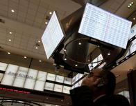O principal índice da Bovespa teve leve baixa, cravando a quarta semana seguida de perdas, numa sessão com o mercado comedido, aguardando a reunião do Federal Reserve, banco central norte-americano, na próxima semana (foto de arquivo). REUTERS/Nacho Doce