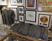 """Una colección de 59 canciones en versiones inéditas de The Beatles saldrá a la venta el martes que viene, cuando Apple Records, la discográfica que gestiona los derechos de la banda de Liverpool, permita su descarga. En la foto de archivo, los trajes de los """"fab four"""" del disco """"A Hard Days Night"""" en Nueva York. Abril 24, 2013. REUTERS/Brendan McDermid"""