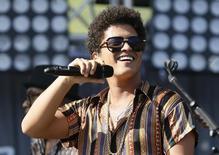 O cantor Bruno Mars se apresenta durante um evento em Carson, Califórnia, nos Estados Unidos, em maio. 11/05/2013 REUTERS/Danny Moloshok
