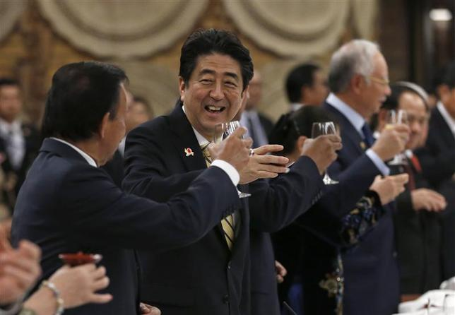Japan's Prime Minister Shinzo Abe (2nd L) raises a toast with Brunei's Sultan Hassanal Bolkiah (L) and other ASEAN countries' leaders during a welcome dinner of Japan-ASEAN commemorative summit hosted by Abe at the Abe's official residence in Tokyo December 13, 2013. REUTERS/Shizuo Kambayashi/Pool