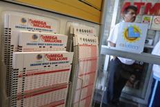 Le jackpot de la loterie américaine est passé à 550 millions de dollars (environ 400 millions d'euros), aucun joueur n'ayant trouvé les six bons numéros au tirage de vendredi soir. /Photo prise le 13 décembre 2013/REUTERS/Jonathan Alcorn
