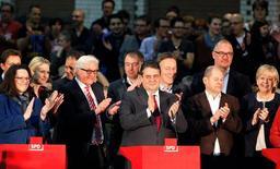 """Membros do partido Social Democrata (SPD) da Alemanha são vistos durante anúncio de voto a favor de uma união à """"grande coalizão"""" com os conservadores da chanceler Angela Merkel neste sábado. 14/12/2013 REUTERS/Fabrizio Bensch"""