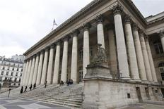 Après avoir ouvert en baisse, les principales Bourses européennes évoluaient en légère hausse après environ une demi-heure de transactions lundi. À Paris, le CAC 40 avançait de 0,11% à 4.064,37 points vers 08h30 GMT. À Francfort, le Dax gagnait 0,19% et à Londres, le FTSE était stable (+0,01%). /Photo d'archives/REUTERS/Charles Platiau