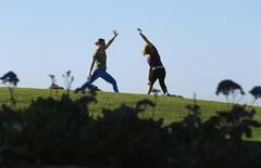 Women do yoga in a public park next to the beach in Del Mar, California November 13, 2013. REUTERS/Mike Blake