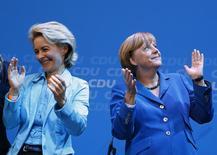 Канцлер Германии Ангела Меркель (справа) и министр труда Урсула фон дер Лейен радуются, узнав результаты эксит-поллов на федеральных выборах в парламент, в штаб-квартире Христианско-демократического союза в Берлине 22 сентября 2013 года. Канцлер Германии Ангела Меркель в воскресенье назначила Урсулу фон дер Лейен новым министром обороны, что может сделать последнюю одним из главных претендентов на то, чтобы однажды сменить Меркель на посту главы правительства. REUTERS/Kai Pfaffenbach
